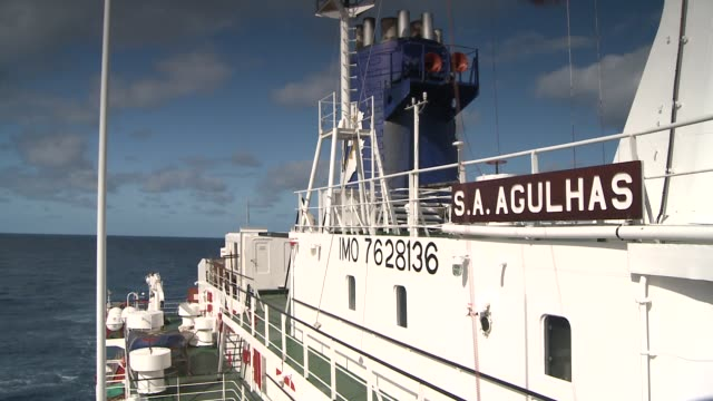 stockvideo's en b-roll-footage met a ship cruises on the southern ocean. available in hd. - rondrijden