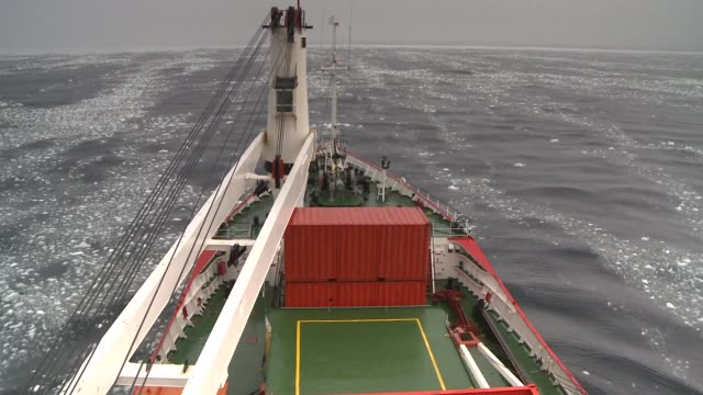 stockvideo's en b-roll-footage met a ship cruises through an icy southern ocean available in hd. - rondrijden