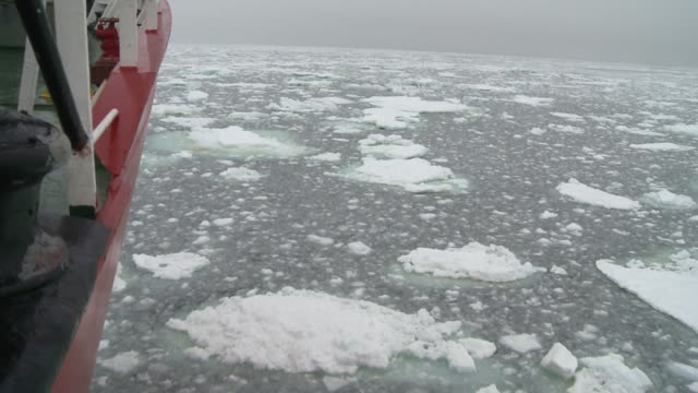a ship cruises through chunks of ice on the southern ocean. available in hd. - vagare senza meta video stock e b–roll