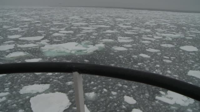 vidéos et rushes de a ship cruises through chunks of ice on the southern ocean. available in hd. - aller tranquillement