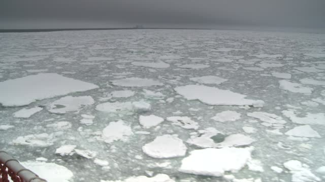stockvideo's en b-roll-footage met a ship cruises through chunks of ice on the southern ocean. available in hd. - rondrijden