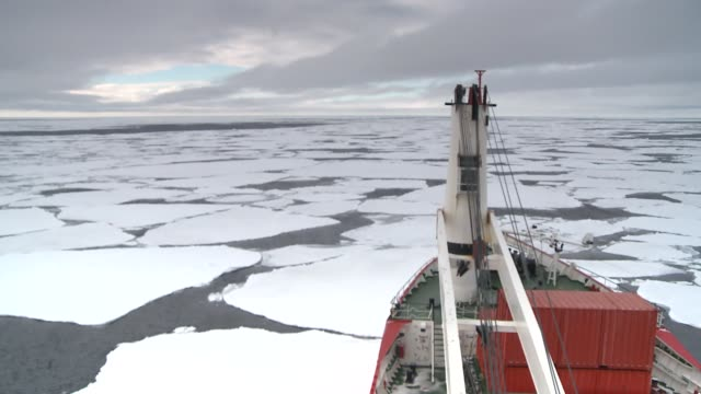 vidéos et rushes de a ship cruises through sheets of ice in the southern ocean. available in hd. - aller tranquillement