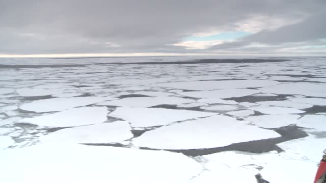 stockvideo's en b-roll-footage met a ship cruises through sheets of ice in the southern ocean. available in hd. - rondrijden