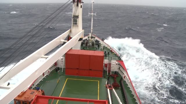 vidéos et rushes de a ship cruises through the choppy southern ocean. available in hd. - aller tranquillement