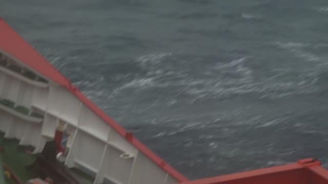 a ship cruises through the southern ocean causing waves to splash onto the deck. available in hd. - kryssa bildbanksvideor och videomaterial från bakom kulisserna