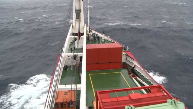 stockvideo's en b-roll-footage met a ship cruises through the southern ocean causing waves to splash onto the deck. available in hd. - rondrijden