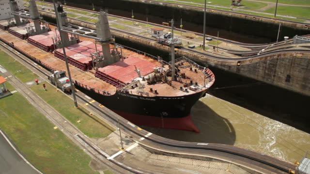 a ship enters the panama canal - panamakanal stock-videos und b-roll-filmmaterial