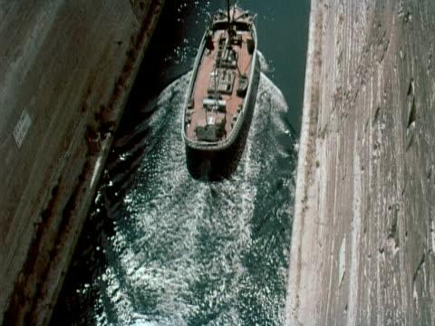 vídeos y material grabado en eventos de stock de 1960 ha zo tu ship going through corinth canal / corinth, greece - canal corriente de agua