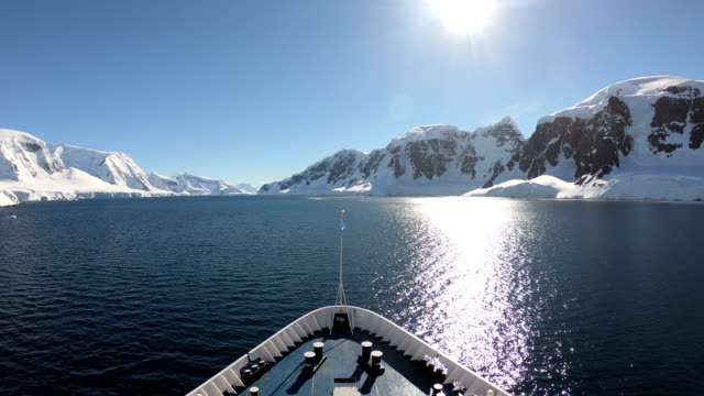 ship in antarctica - clima polare video stock e b–roll