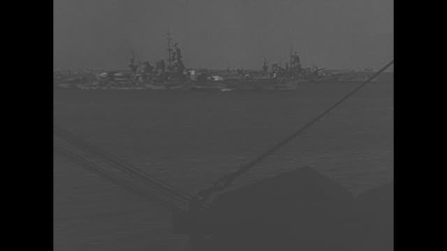 ws ship in harbor / ms soldiers all over decks of ship other ships in harbor beyond / soldiers leaning over rail watch water / vs in inspection... - luftvärn bildbanksvideor och videomaterial från bakom kulisserna