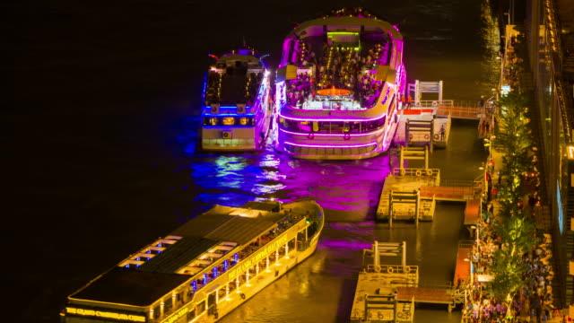 schiff in der nacht, die stadt bangkok, thailand - chao phraya delta stock-videos und b-roll-filmmaterial