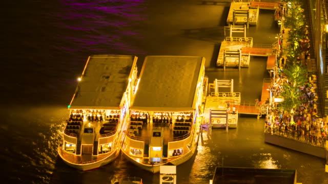 schiff in der nacht chao phraya fluss, die stadt bangkok, thailand - chao phraya delta stock-videos und b-roll-filmmaterial