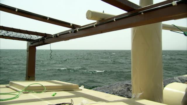 vídeos y material grabado en eventos de stock de a ship lists on the ocean. available in hd - balancearse