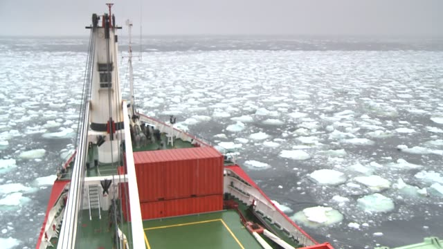 stockvideo's en b-roll-footage met a ship makes its way through ice in the southern ocean. available in hd. - rondrijden