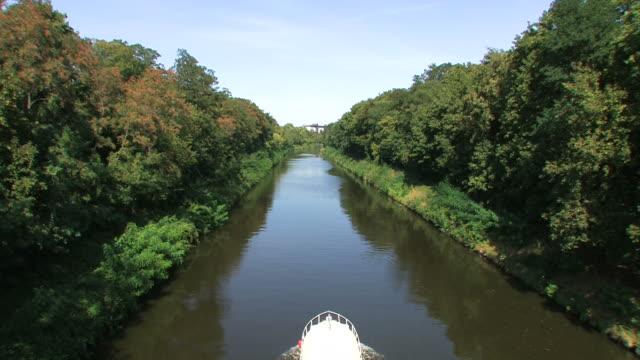 vidéos et rushes de bateau sur une rivière-canal - canal eau vive