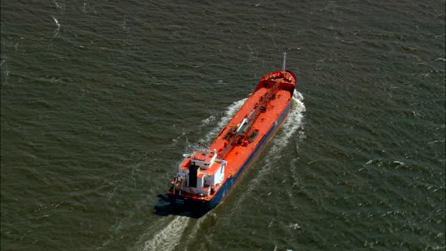 近くにハンブルク - 空中写真 - シュレースヴィヒ = ホルシュタイン州、ドイツのエルベ川の船します。 - 運ぶ点の映像素材/bロール