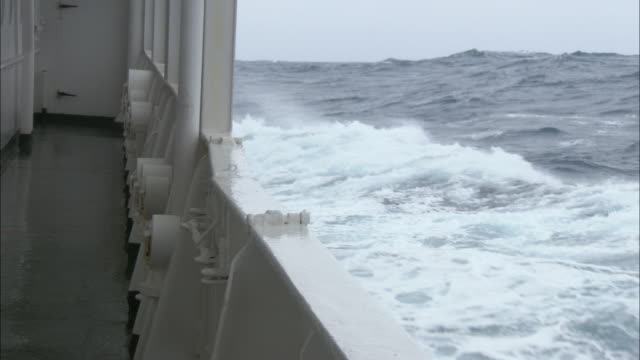 side pov, ship on rough ocean, antarctica - schiffsdeck stock-videos und b-roll-filmmaterial