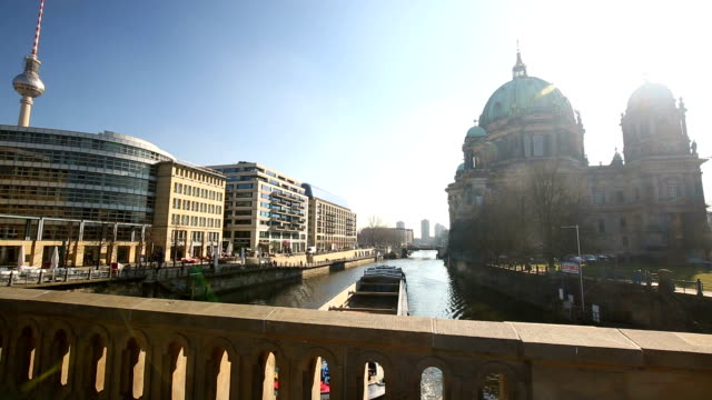 Schiff auf die Spree und Berliner Dom