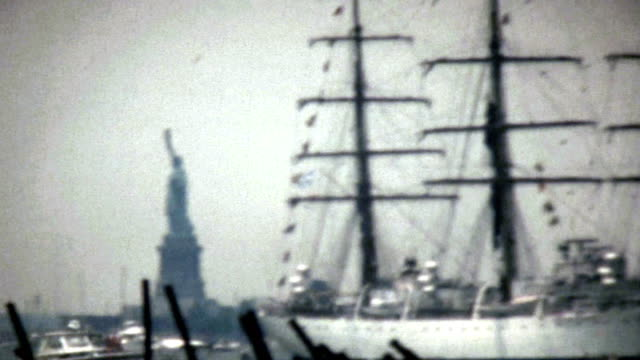 ship passing by the statue of liberty. - jahrestag stock-videos und b-roll-filmmaterial
