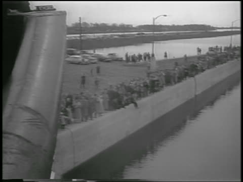 b/w 1959 ship point of view past crowd on edge of canal / opening of st lawrence seaway canada - lago superiore video stock e b–roll