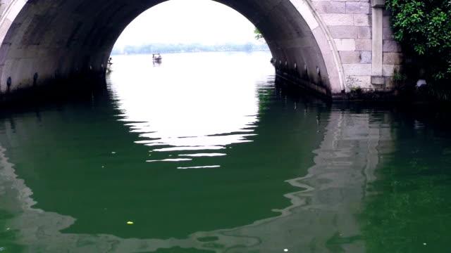 vídeos de stock, filmes e b-roll de ponto de vista de navio chinês ponte arco, em tempo real. - lago reflection