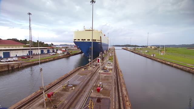 vídeos y material grabado en eventos de stock de ws ship slowly approaching panama canal gatun locks /  panama city, panama - canal corriente de agua
