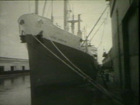 ship unloading cargo - black and white点の映像素材/bロール