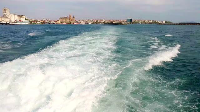 Ship waves rear side