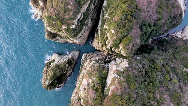 shipjagul cave at haegeumgang island and hallyeohaesang national park / geoje-si, gyeongsangnam-do, south korea - felswand stock-videos und b-roll-filmmaterial