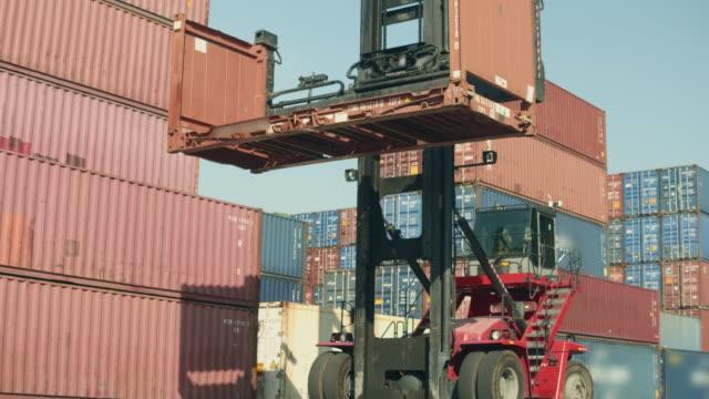 scatola di trasporto camion caricatore container di spedizione - box container video stock e b–roll