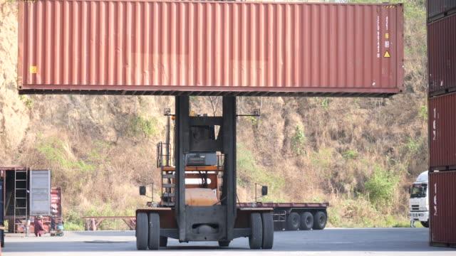 scatola di trasporto del caricatore del contenitore di spedizione. - box container video stock e b–roll