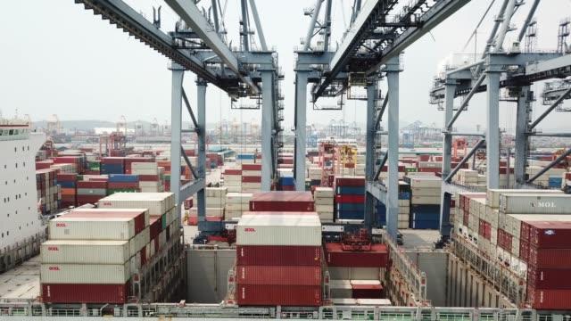 Shipping Container entladen
