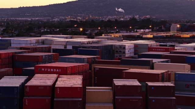 vídeos de stock e filmes b-roll de shipping container yard at dusk - drone shot - wilmington cidade de los angeles