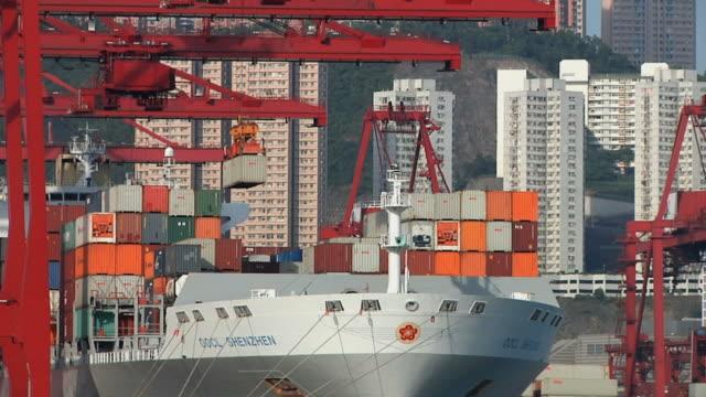 vídeos de stock e filmes b-roll de ws shipping containers being lifted off ship / hong kong, china - ancorado