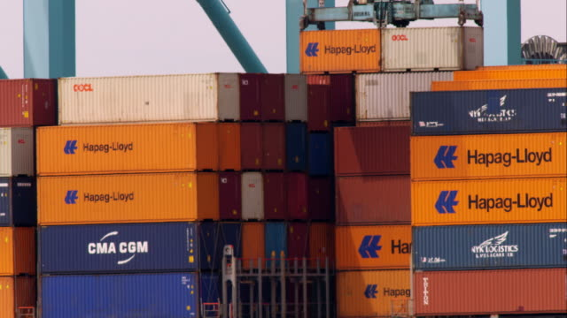 vidéos et rushes de shipping containers being loaded in newark bay - container