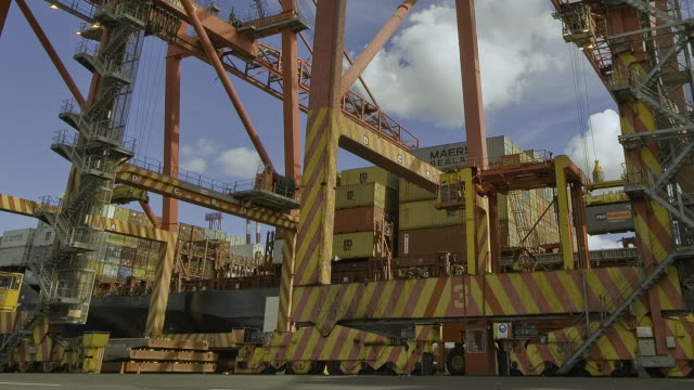 vidéos et rushes de t/l ms zi shipping containers being loading onto ship in swanston dock / melbourne, victoria, australia - moins de 10 secondes
