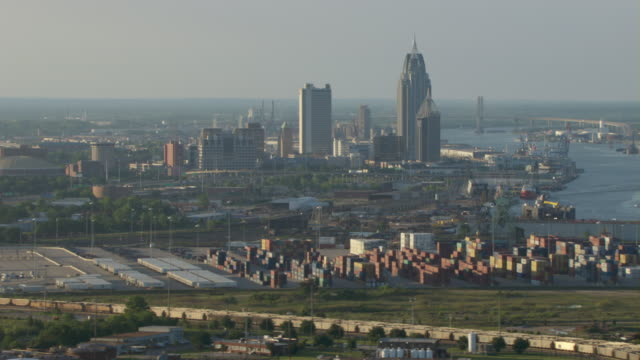 stockvideo's en b-roll-footage met shipping cranes  with mobile, alabama skyline in afternoon. - alabama
