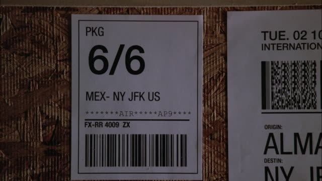 vídeos de stock e filmes b-roll de cu shipping crate opening to reveal jade pieces - jade gema