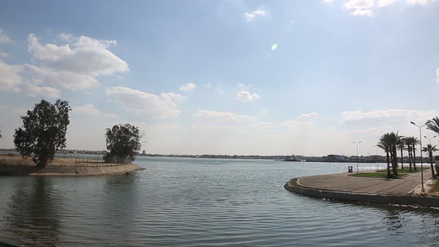 vidéos et rushes de ships anchor in lake timsah, ismailya, egypt halfway through the suez canal on thursday, march 25, 2021. one of the world's largest container ships... - canal de suez