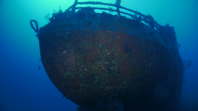 stockvideo's en b-roll-footage met schip van boeg, boga schipbreuk, onderzeese, zonlicht, bali (4k) - scheepswrak