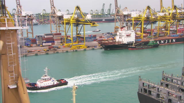 vidéos et rushes de ws, ha, tu, ships docked at port of singapore, singapore - remorqueur