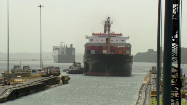 vidéos et rushes de ws zo ships guided through panama canal, panama city, panama - étroit