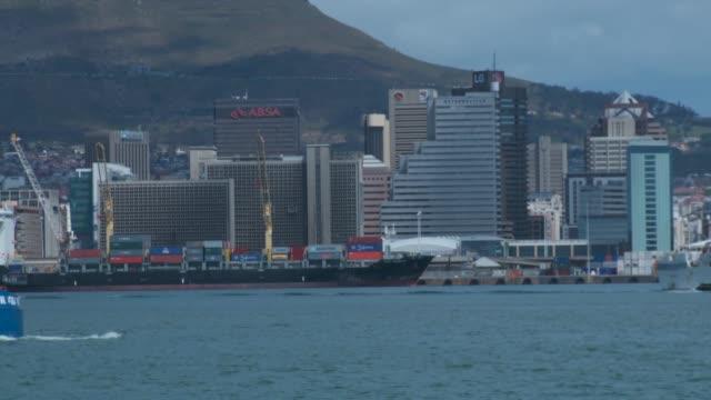 vídeos y material grabado en eventos de stock de ships in cape town harbour. available in hd. - pasear en coche sin destino
