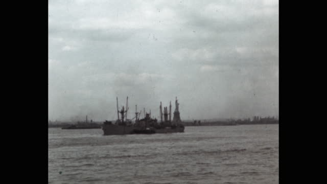 ships in ny harbor, statue of liberty in background, new york city, ny, usa - statue of liberty new york city stock-videos und b-roll-filmmaterial