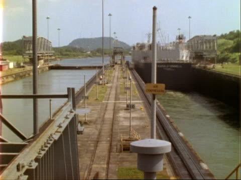 vídeos y material grabado en eventos de stock de ships in panama canal lock, time lapse, ms, panama. - estrecho