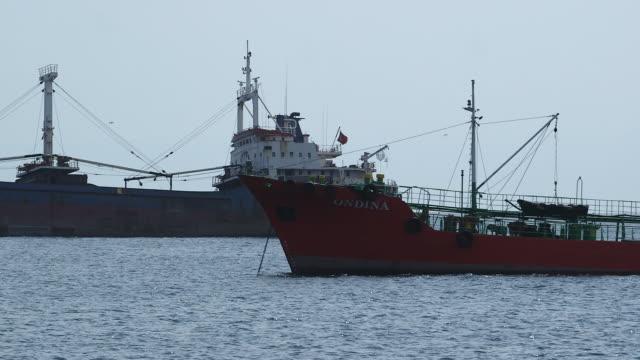 stockvideo's en b-roll-footage met 2 ships in port - wiese