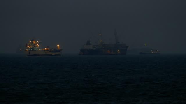 stockvideo's en b-roll-footage met schepen in de nacht bij de haveningang van de - voor anker gaan