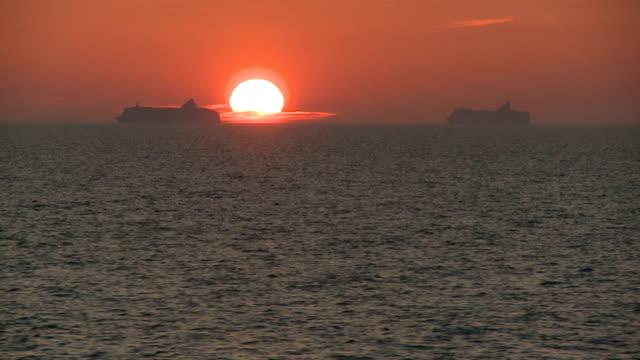 vídeos de stock, filmes e b-roll de navios na noite - navio cruzeiro