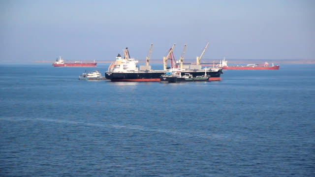 船で港の外側 - 石油産業点の映像素材/bロール
