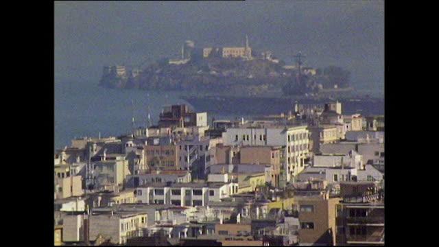 vídeos de stock, filmes e b-roll de ships move through san francisco bay past alcatraz - san francisco california